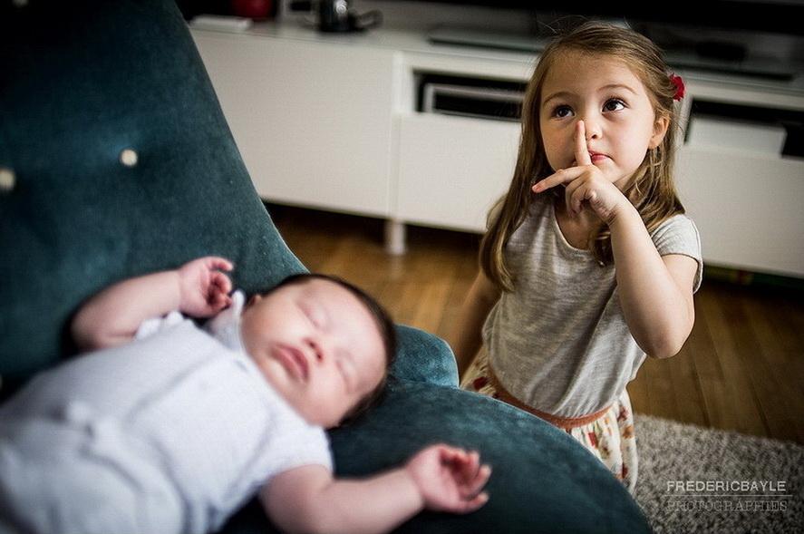 petite fille avec bébé qui dort