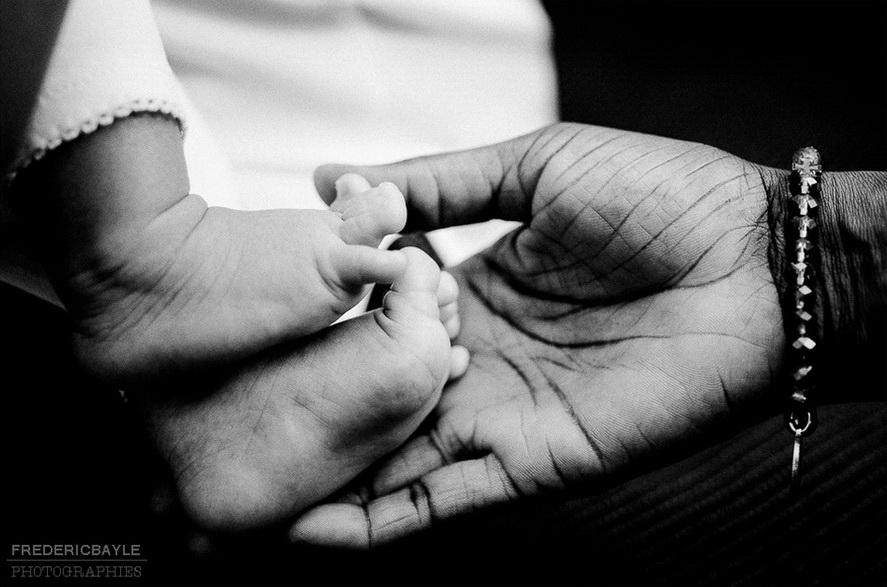 gros plan en noir et blanc sur la main de bébé