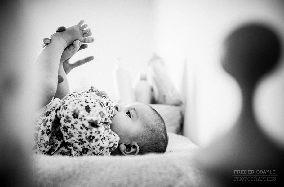bébé pendant que maman lui change sa couche