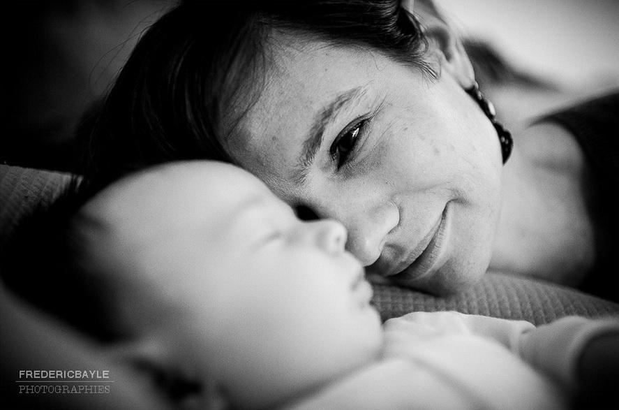 bébé qui dort et maman qui le regarde