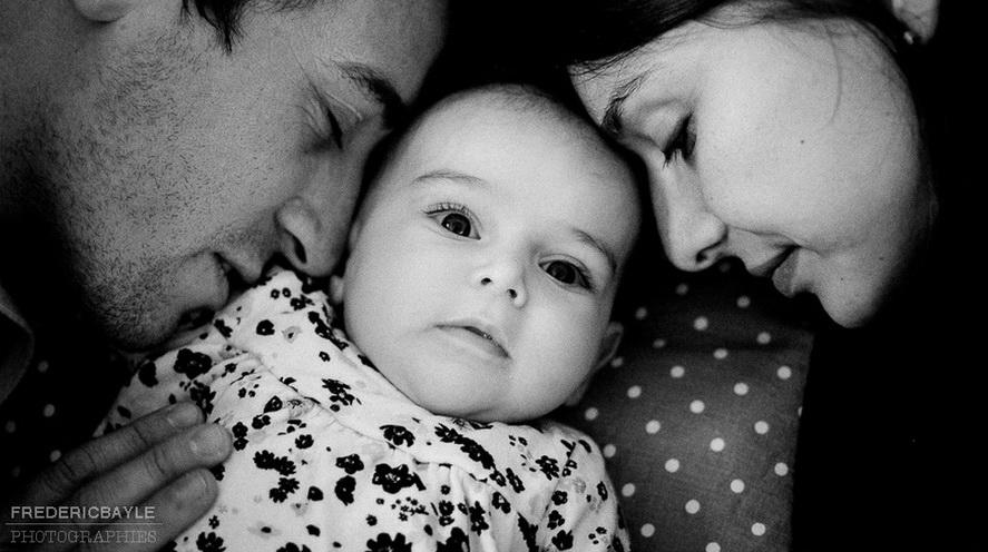 gros plan de bébé avec ses parents