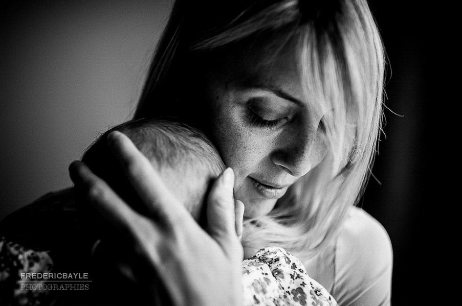 moment de tendresse entre maman et son bébé