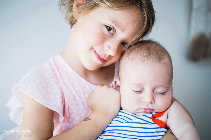 petite fille avec son bébé de frère