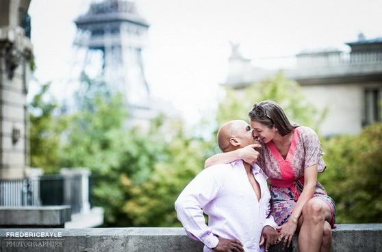 couple s'embrassant près de la tour eiffel