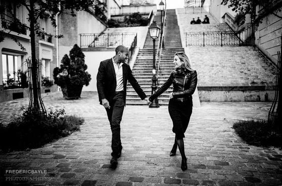 couple en balade près du Sacré Coeur à Paris