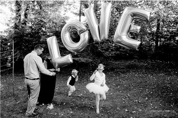 Petite fille en tutu dansant devant le mot Love