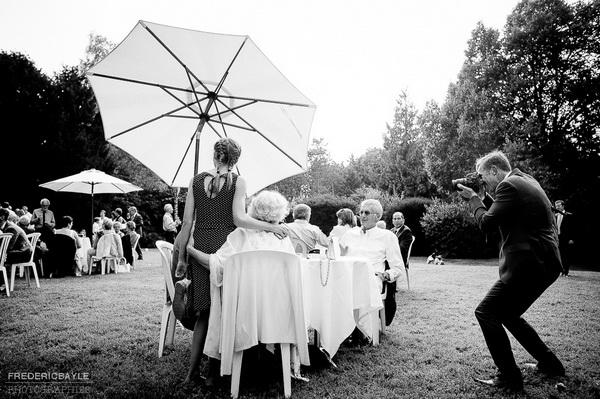 vin d'honneur de mariage, un homme prend en photo des invités