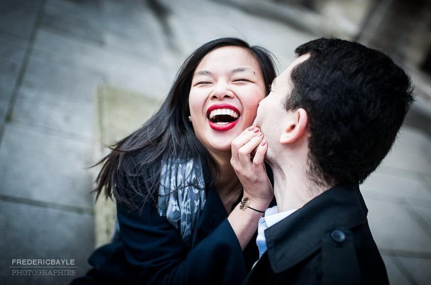 jeune fille chinoise avec son amoureux qui sourit