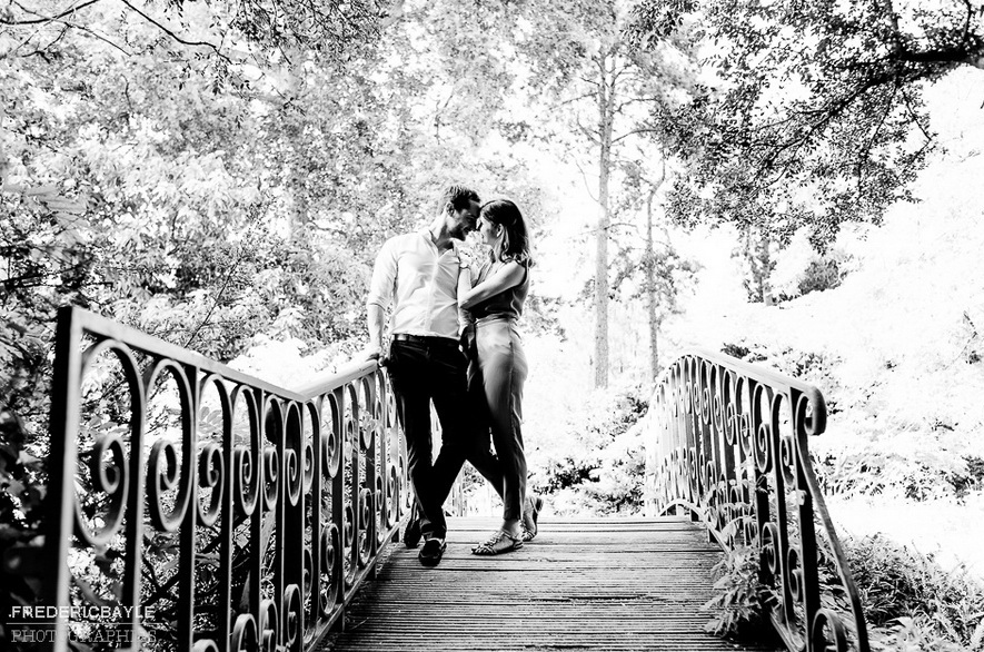 photo en noir et blanc d'un couple lors d'une séance love session
