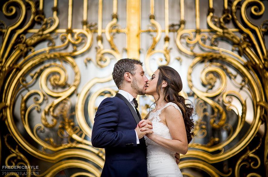 love session avec un couple devant les portes du Grand Palais à Paris