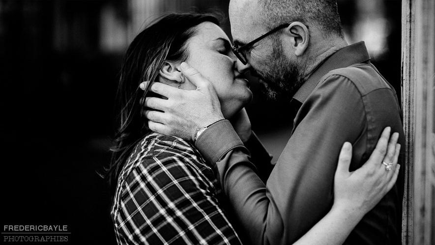 baiser d'amoureux lors d'une love session en Provence