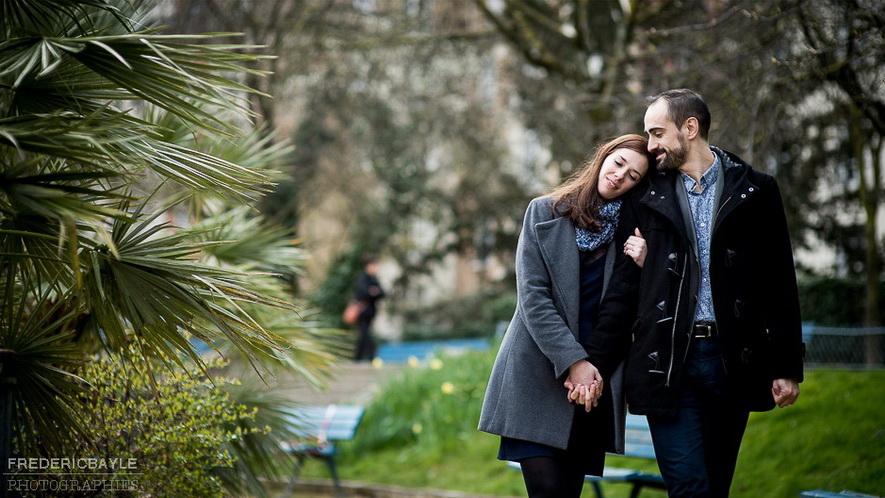 promenade de deux amoureux dans les rues de Salon De Provence