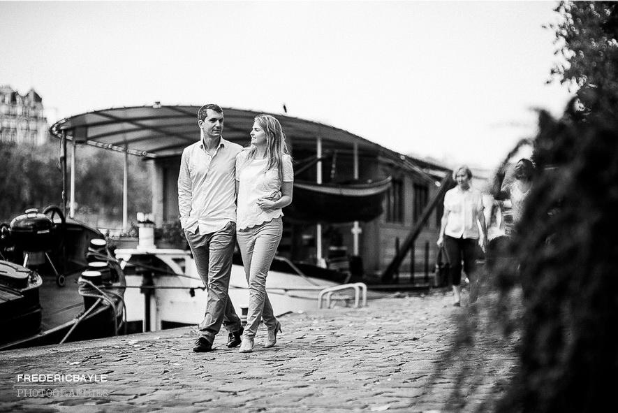 photo en noir et blanc d'un couple marchant sur les quais de Seine à Paris