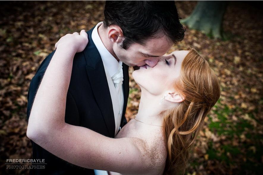 gros plan sur un baiser d'amoureux
