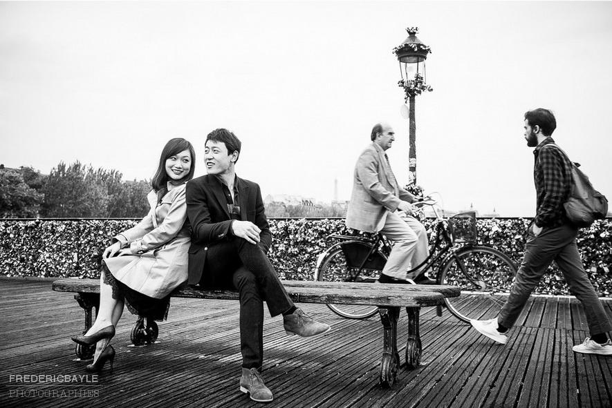 couple chinois rigolant sur le Pont des Arts à Paris