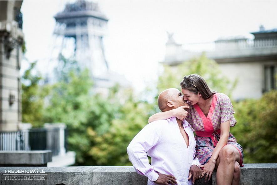 couple s'embrassant avec la Tour Eiffel en arrière plan