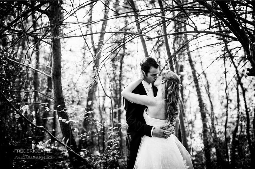 couple de mariés dans la forêt