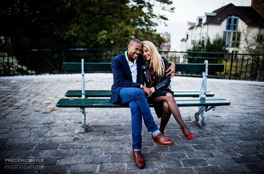amoureux assis sur un banc à Montmartre derrière le Sacré Coeur