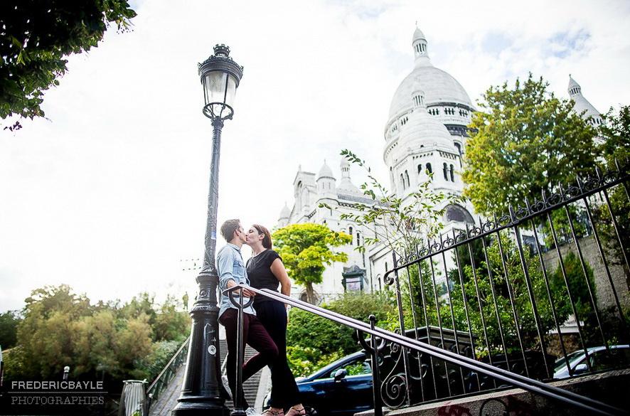 deux amoureux s'embrassant contre un réverbère au Sacré Coeur à Paris