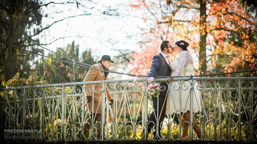 love session près de Paris avec couple sur une passerelle
