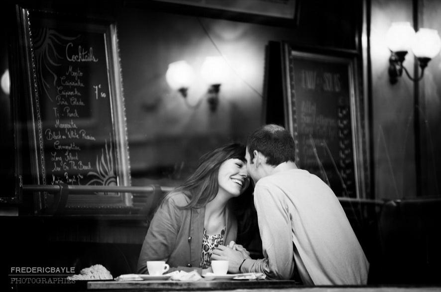 baiser d'amoureux dans un café parisien