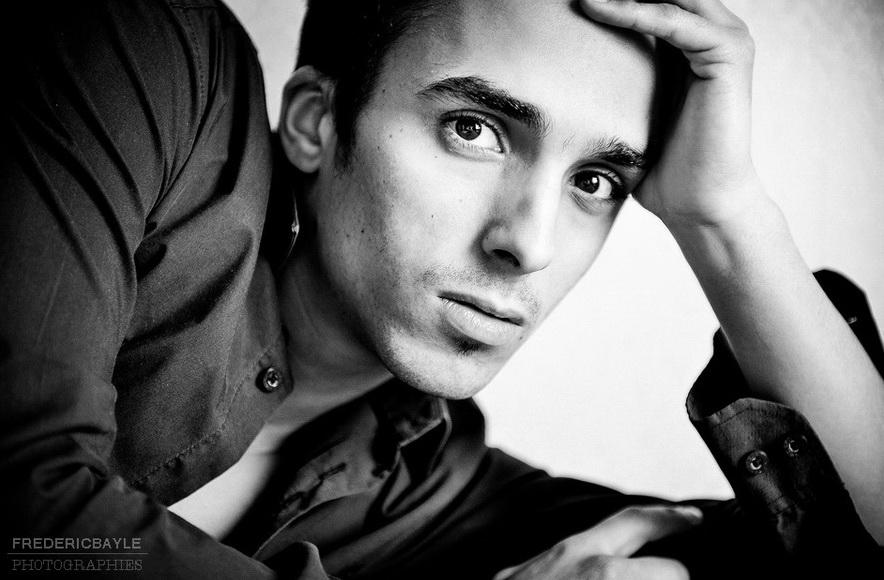 jeune homme posant pour un portrait en noir et blanc