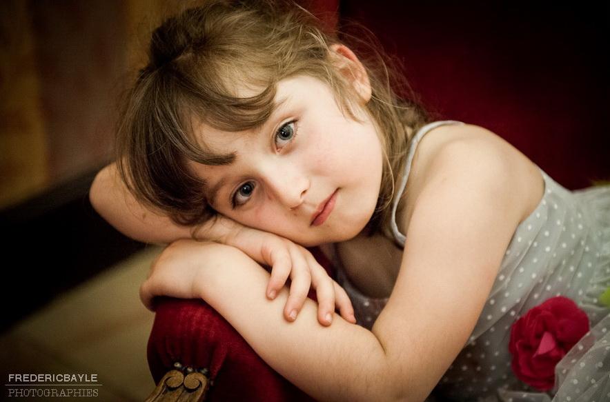 jeune fille sur un canapé