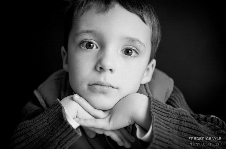 portrait d'enfant sur fonds noir