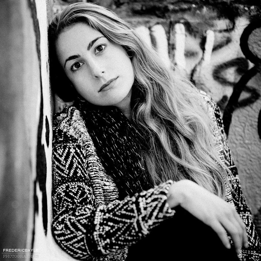 jeune femme posant pour un portrait en noir et blanc