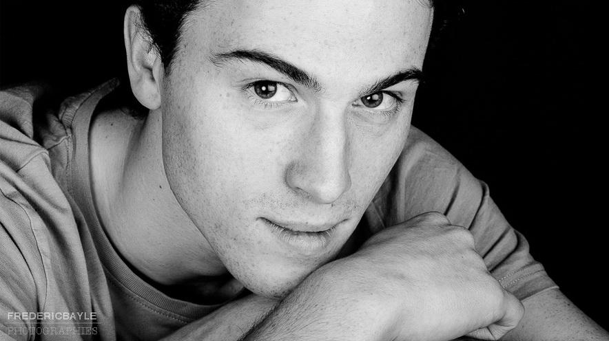 Jeune homme posant pour un beau portrait en noir et blanc