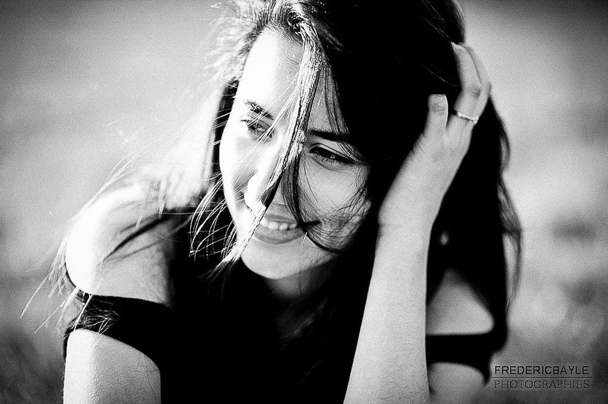 jeune fille les mains dans les cheveux pour un portrait en noir et blanc