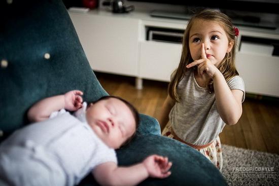 le bébé avec sa grande soeur