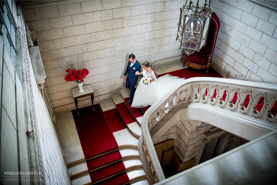 les mariés descendent les escaliers de la mairie