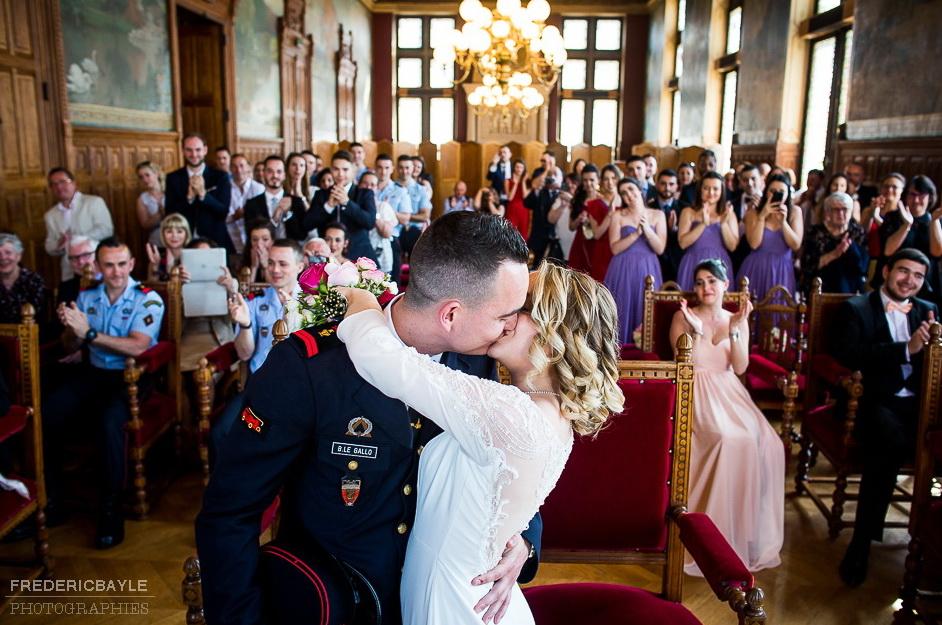 le baiser des mariés après la cérémonie civile dans la salle des mariages
