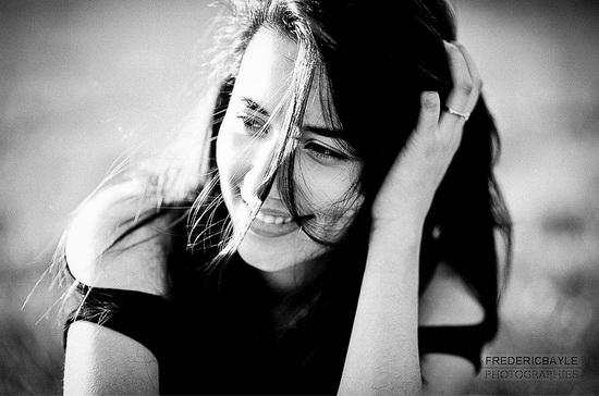 portrait de jeune femme la main dans les cheveux eten noir et blanc