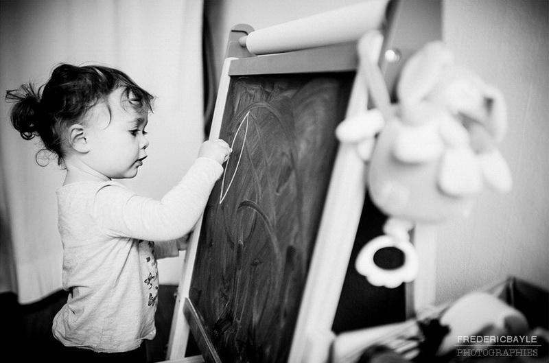 jeune fille écrivant sur un tableau