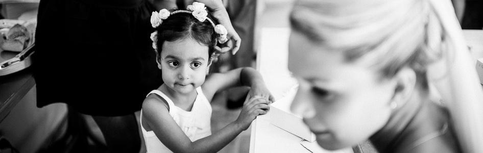 petite fille regardant la mariée avec envie