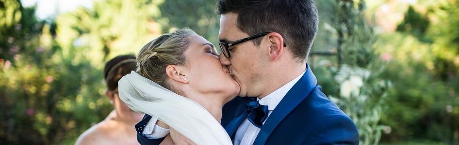baiser des mariés après la cérémonie laïque