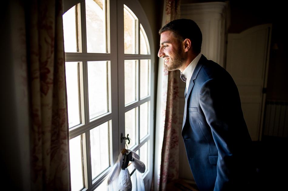 le marié regarde par la fenêtre