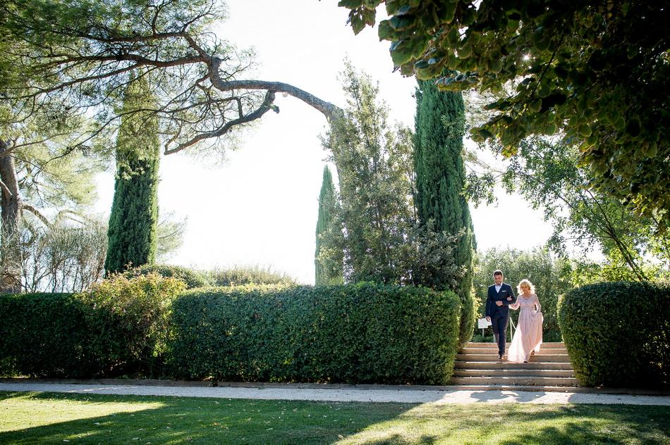 sous les cyprès de Provence, le marié arrive avec sa mère