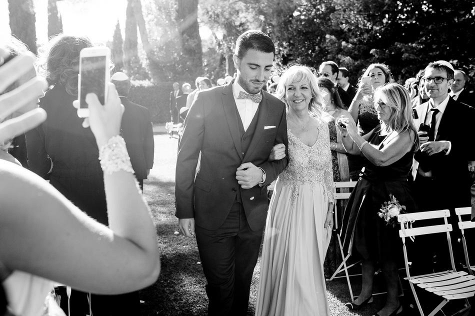 le marié arrive à la cérémonie avec sa maman