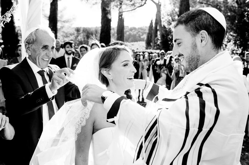 le mariée retire le voile de sa future épouse