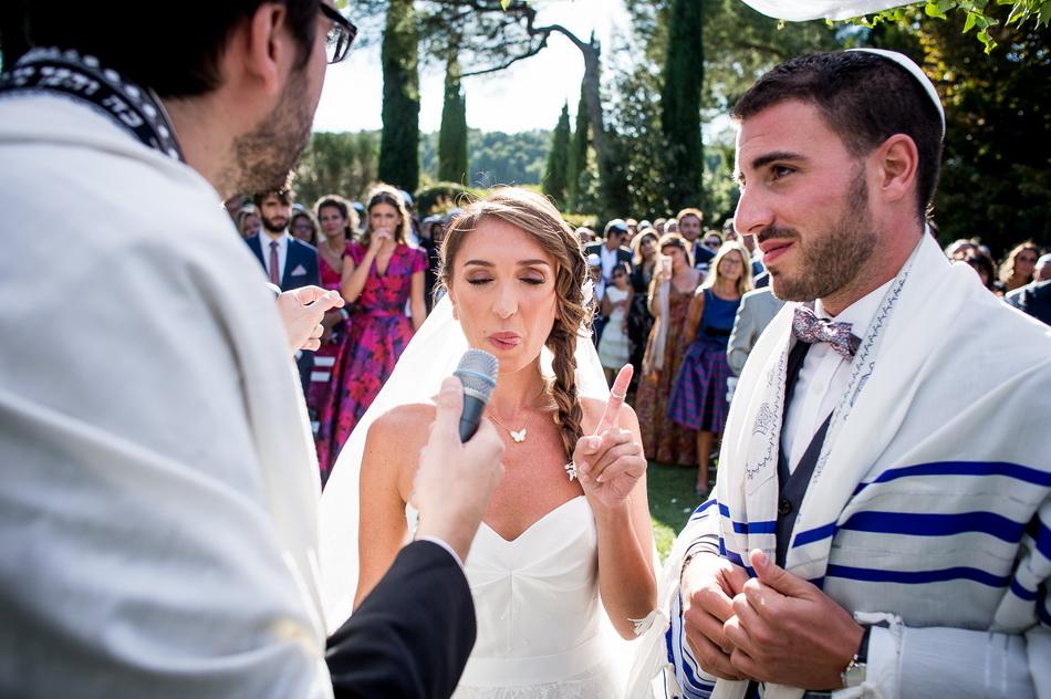 passage de l'alliance à l'index de la mariée