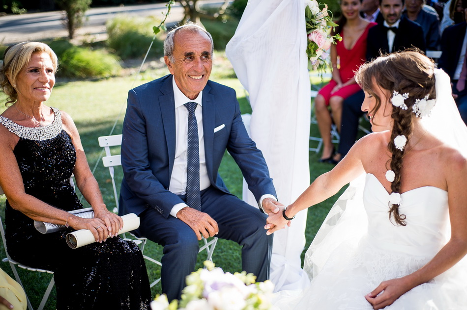 le père de la mariée lui prend la main