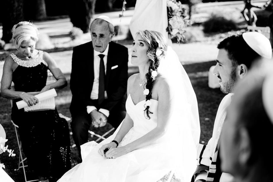 La mariée lève les yeux au ciel