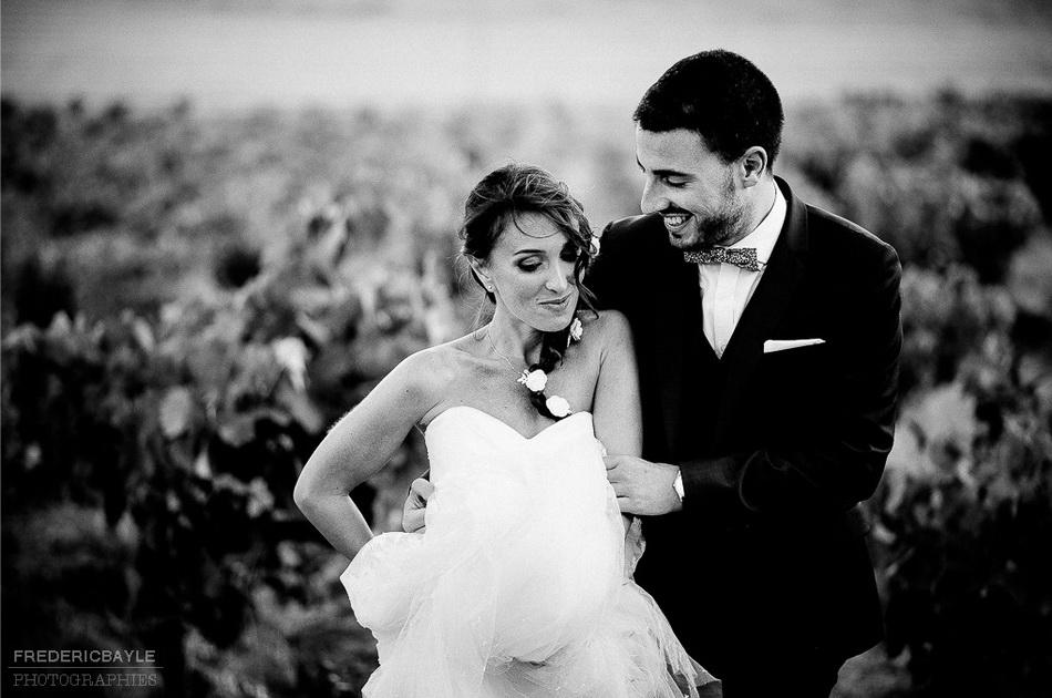 photo en noir et blanc des mariés dans les vignes de Provence