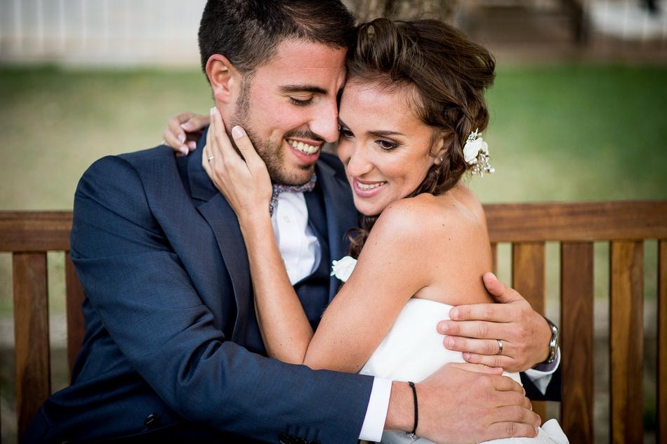 les mariés s'embrassant