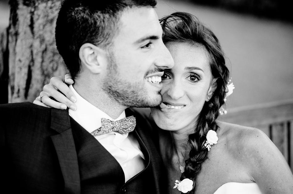 photo des mariés avec la mariée qui fait des grimaces