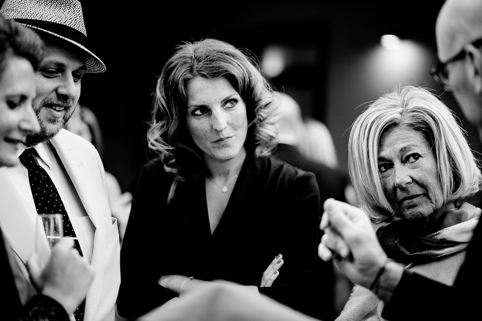belle photo en noir et blanc du vin d'honneur