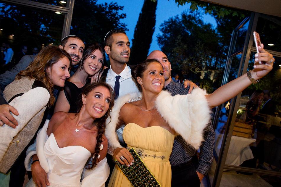 la mariée fait un selfie avec ses amies